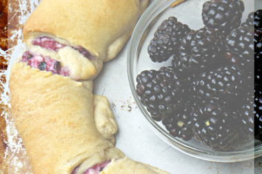 Blackberry Cream Cheese Crescent Ring Recipe ... wow!